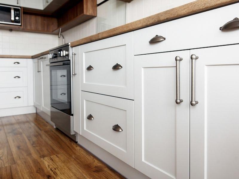 Changer les poignées de ses armoires pour moderniser sa cuisine
