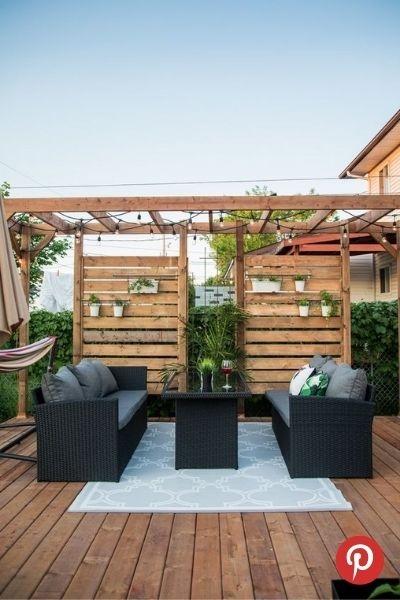 Un écran d'intimité en bois pour son patio